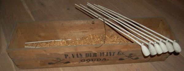 Een kistje pijpen van P. van der Want, hielmerk gekroonde 90