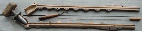 Fraaie persmal van lange gouwenaar, ca 50 cm lang, met weijer en stopper