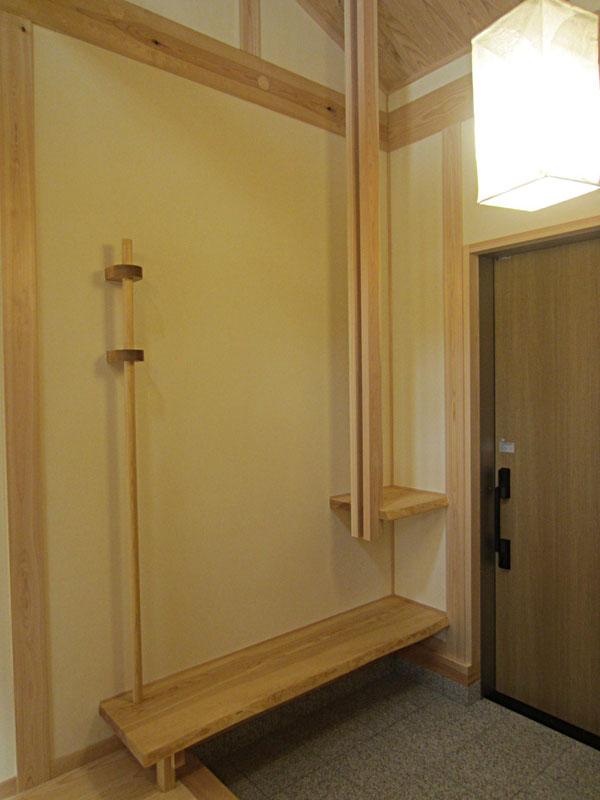 無垢の松で創った、玄関のベンチと飾棚