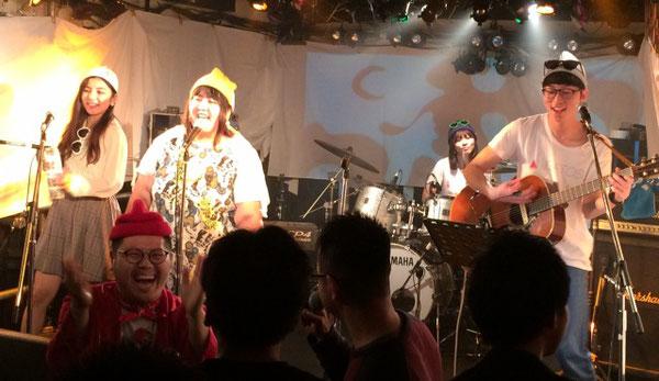 下北沢「ろくでもない夜」でのライブ中に、お客さんをいじりながら爆笑するホームレス小谷