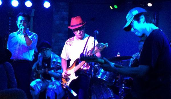渋谷NOBで開催された送別会でギターを演奏するノブさん