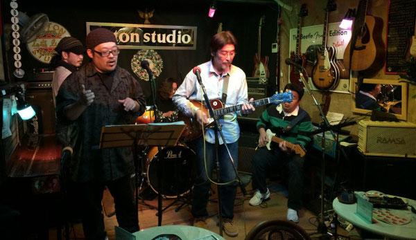 上野アントンスタジオでセッションする男性5人組