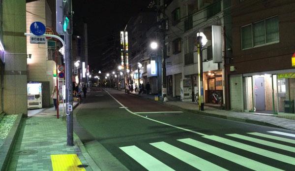 夜の中野新橋の街並み