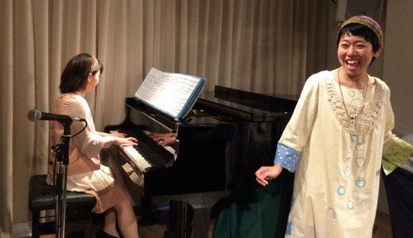 祖師谷大蔵カフェ・エクレルシで演奏する「ひさすえ さえこ」と「cue」