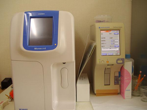 血球測定器(左)とCRP測定器(右)