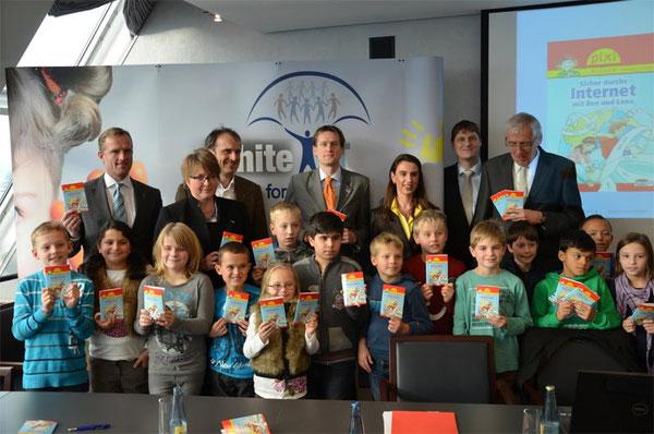 """Das Projekt """"Pixi-Buch"""" wurde durch verschiedene Unterstützer ermöglicht, die auch heute vor Ort waren. Unter ihnen auch: Markus Wortmann, Vorstandsvorsitzender des Vereins Sicheres Netz hilft e.V. ."""