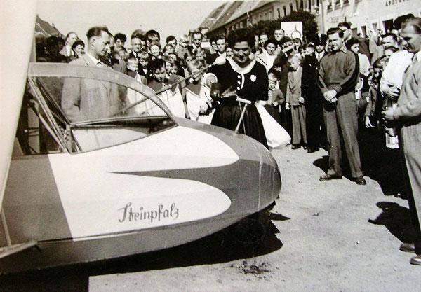 """Der gemeinsam mit den Grafenwöhrern angeschaffte """"Specht"""" hier als Täufling auf dem Unteren Markt in  Erbendorfer vor dem Erstflug."""