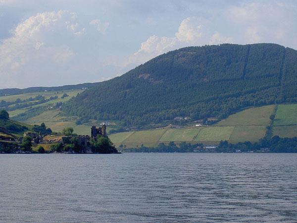 Château au pied du lac du Loch Ness