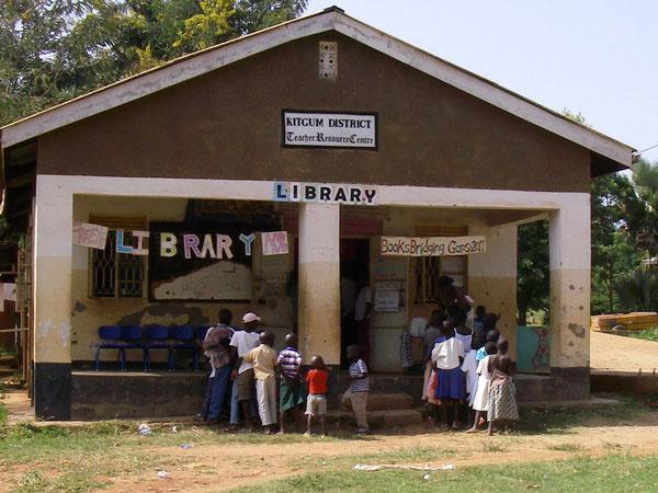 ある日曜日。開館1時間も前から列を作る子ども達…裸足の子も多数。この日も100名超の子ども達で、大盛況でした!