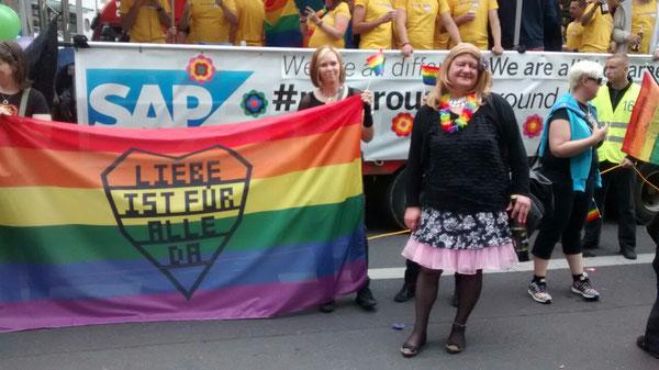 """Lena auf dem Christopher Street Day 2015 in Berlin. Der SAP-Truck hatte nach meinem Empfinden die beste Mugge und das fanden die anderen Mädels (allesamt skandinavische Rammstein-Fans) mit dem Transparent """"Liebe ist für alle da"""" auch."""