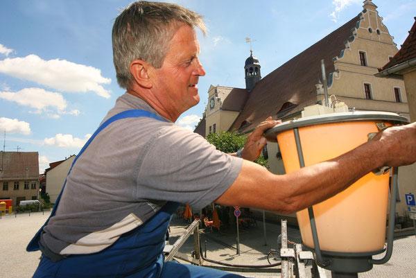 Altmeister Paul Lehmann wartet die Straßenbeleuchtung in der Herzberger Innenstadt