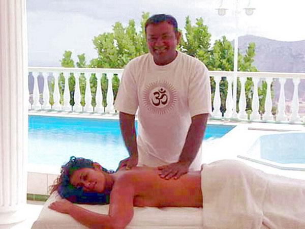 Massage am Pool für einen Wellnessurlaub
