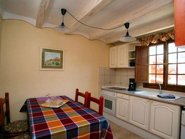voll eingerichtete Wohnküche vom Ferienhaus mit Pool auf der Finca Palo Alto für Familien auf Tenerife in Guia de Isora