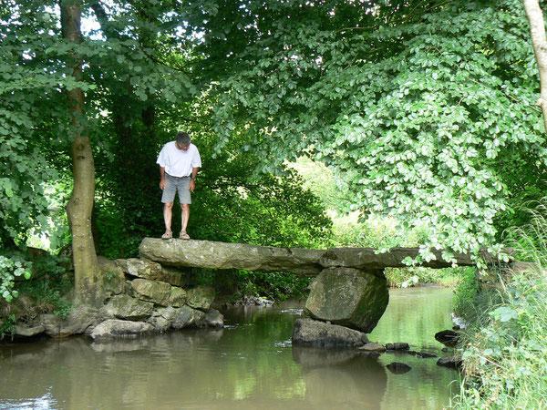 pont mégalithique situé sur la voie verte entre Domfront et Flers