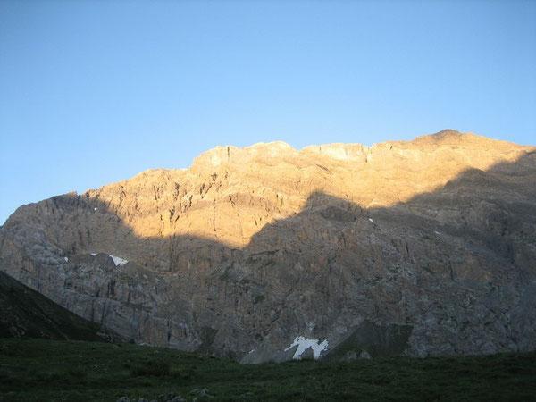 Le soleil fait son apparition sur les sommets