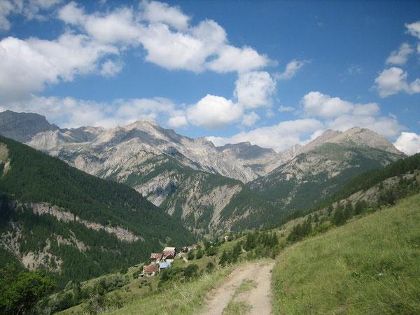 """Un regard en arrière au-dessus de l'hameau """"les Maisons"""" au-dessus d'Arvieux"""