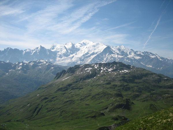 Une vue sur le Mont-Blanc, avec la Pointe Noire de Pormenaz au 1er plan