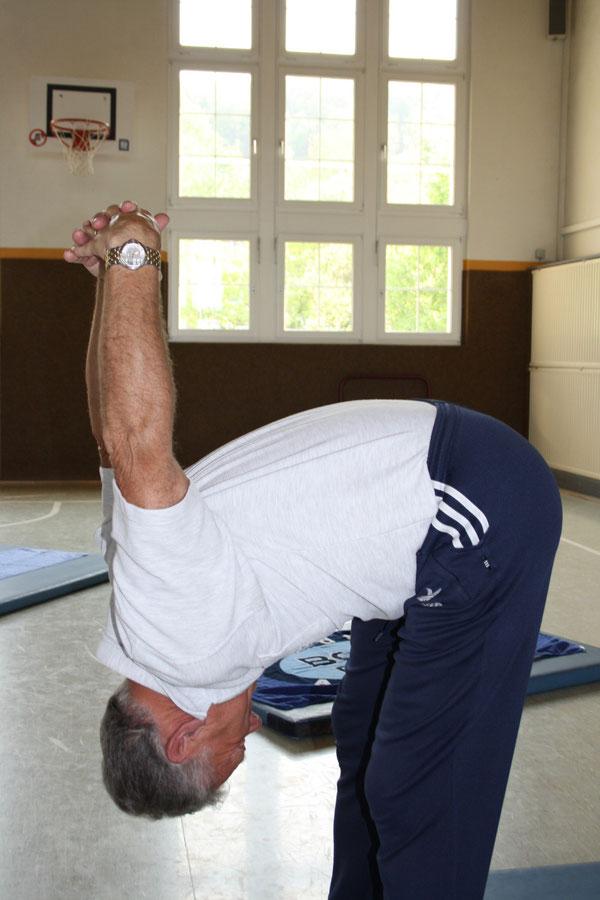 Rückenschule I :   Arme u. Rücken bilden keinen rechten Winkel - so wie bei Hannelore !