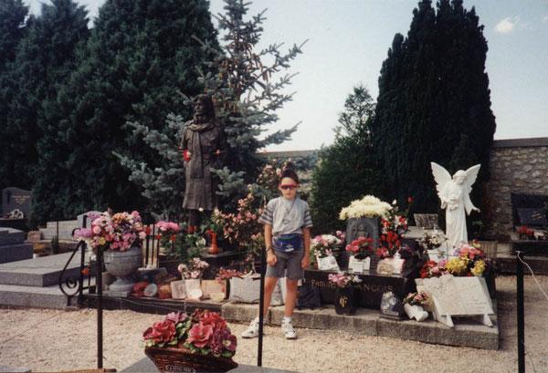 Teddy sur la tombe de Claude François à Dannemois en 1993