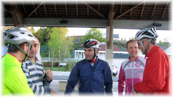 Blessé à l'épaule lors d'une chute récente, notre ami Claude ( à gauche ) est venu saluer ses solides copains du GR 3