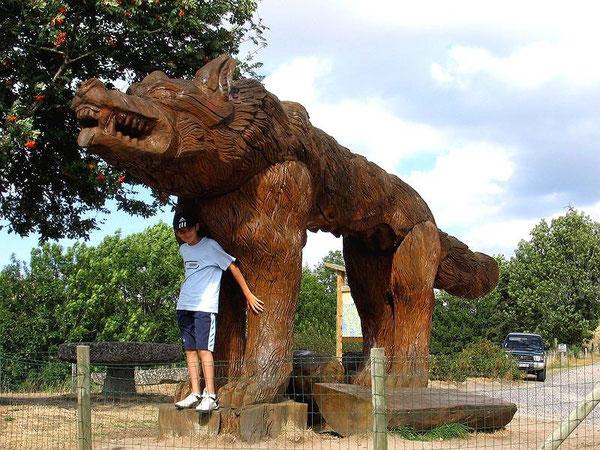 Памятник Жеводанскому зверю, находящийся близ деревни Сог (Saugues) в Оверни