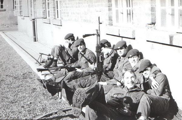 Beim Waffenunterhalt vor der 3. Kompanie war