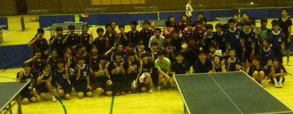 参加者全員で記念撮影、中央左から刘選手、久住選手、理事長
