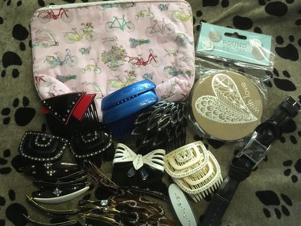 Kosmetiktasche, Haarklammern und -kämme, Armbanduhr und Geschenkanhänger
