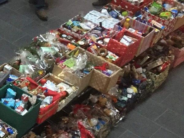 Ein Foto von der Verteilung der gespendeten Pakete durch die Stolberger Tafel