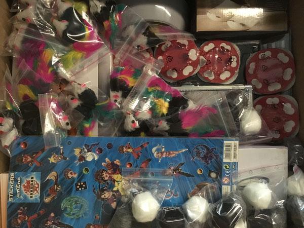 Spielmäuse und -bälle für Katzen sowie Kerzenhalter