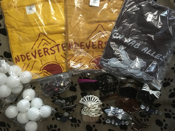 T-Shirts, Haarschmuck und Spielbälle