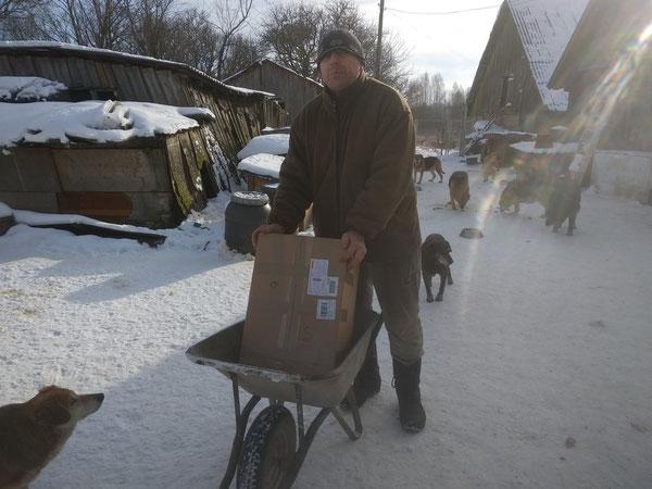 Viktor freut sich über seine Paketpost