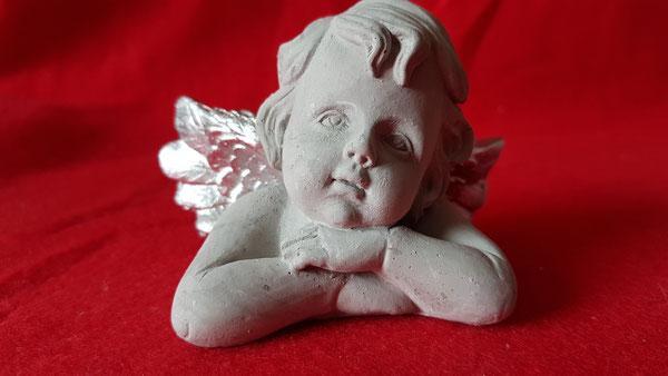 Engelchen, grau mit silbernen Flügeln