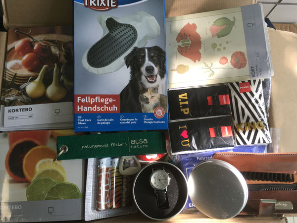 Armbanduhr, Bildkarten, Fellpflege, Taschentücher, Schlüsselband, Kamm und Bürste