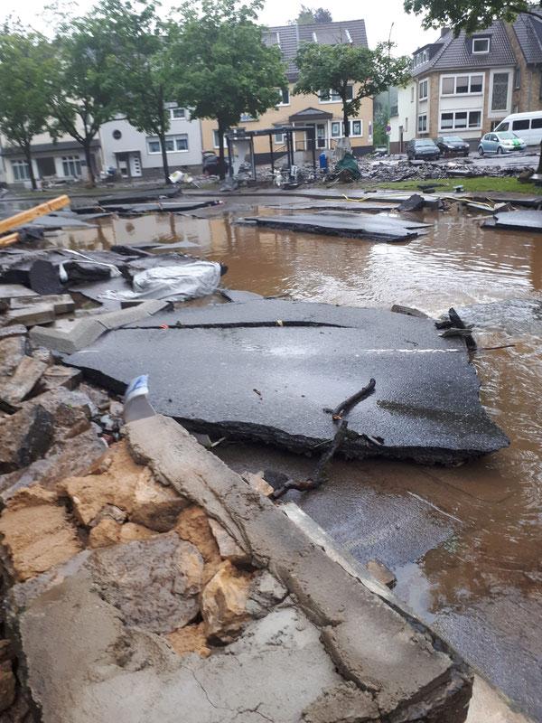 Die Hauptstraße von Vicht nachdem das Wasser weg ist