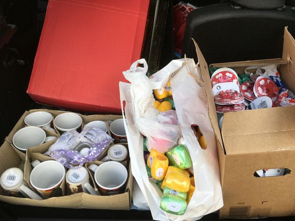 Papier, Bänder und kleine Geschenke für die Pakete von uns
