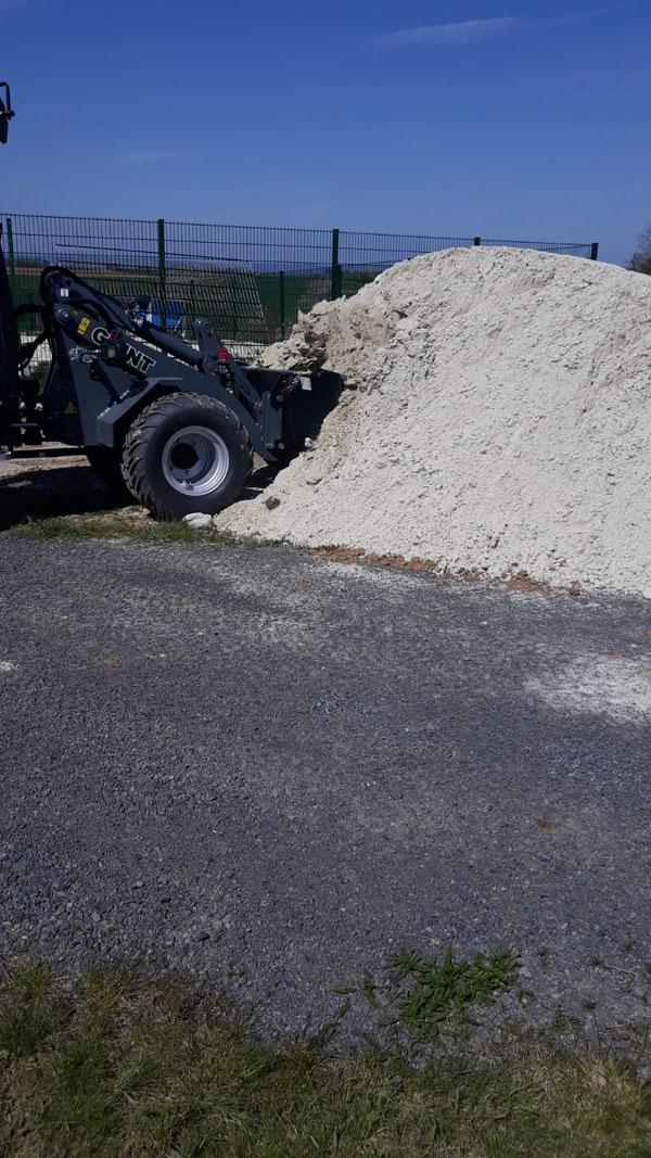 Beide LKW Ladungen Sand wurden Freitag und Samstag verteilt! 56 Tonnen Sand!