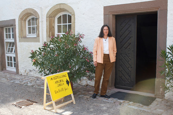 Eingang zur Ausstellungshalle mit der Künstlerin/Entrance to the exhibition with the artist, 10.09.2015.