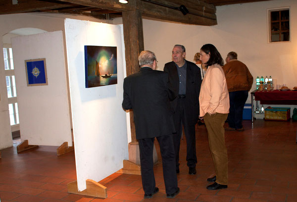 Gespräche während der Vernissage/Conversation during the vernissage, 10.09.2015.