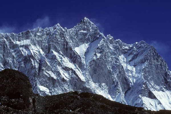 links Chukung Ri 5546 m vor Lhotse 8516 m