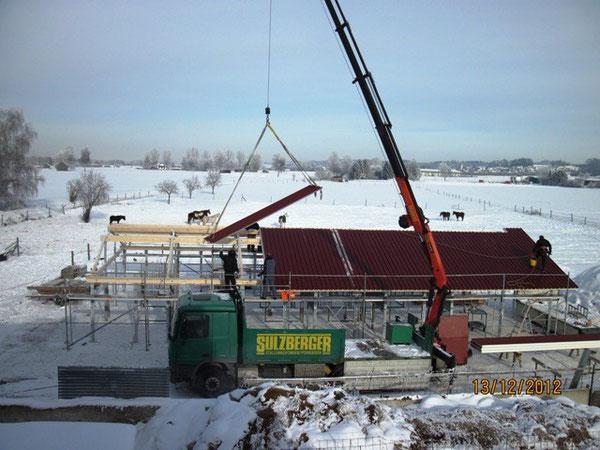 Am dritten und letzten Tag, an dem die Monteure von der Fa. Mobo arbeiten, wird das isolierte Metalldach (Sandwichdach) verlegt.