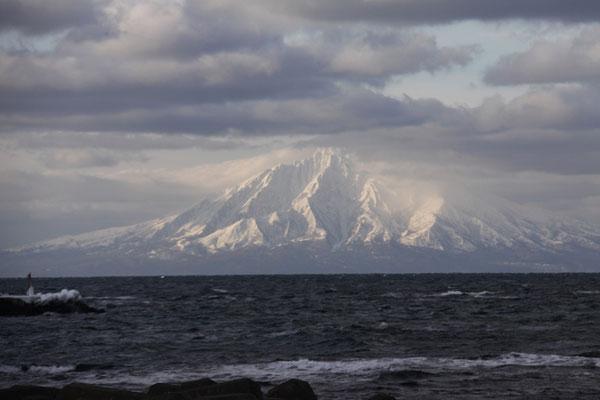 ノシャップ岬付近から見た冬の利尻島(2019年1月1日)。