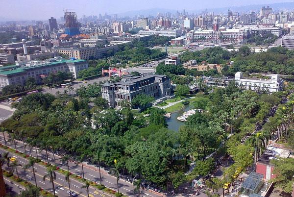 台北の市街地の中に、緑濃い庭園とともにたたずむ台北賓館。(Wikipediaより)