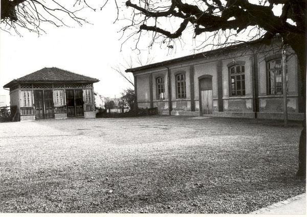 Geräteschuppen (li) mit der später erstellten Turnhalle (re)