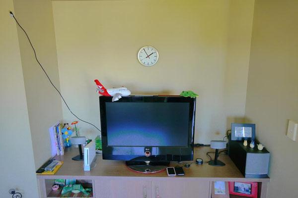 これわかるかな?テレビ本体の裏に接続したテレビ線をこうして上に持ち上げて壁に貼り付けてるのだ。