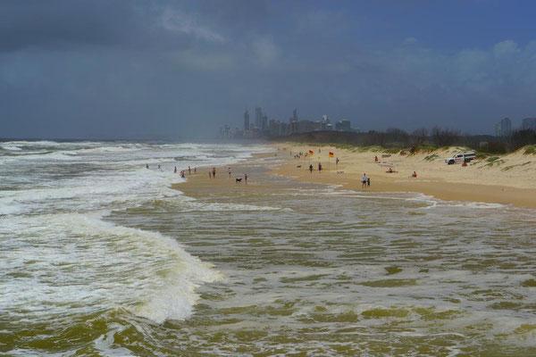 休日はビーチでのんびりできるといいなぁ。みんなサーファーズパラダイスでの暮らしを満喫してる感じ。
