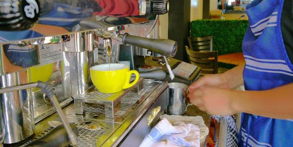 しん君、ラッテを淹れてもらちゃった。 しん君曰くエスプレッソマシンも上等らしくめちゃコーヒー淹れやすいとかって。