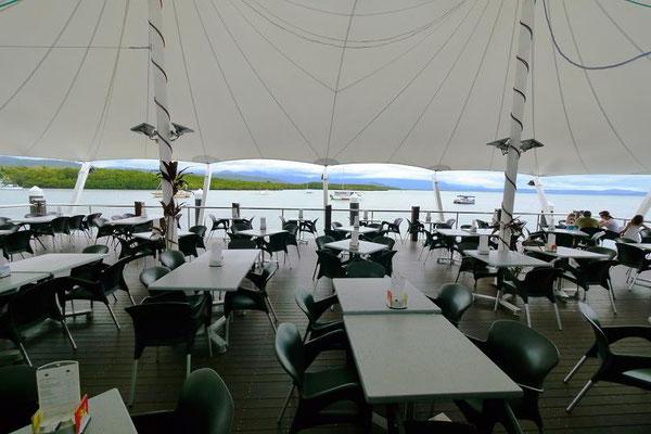 海の見えるテラス席の感じのいいお店でランチ。