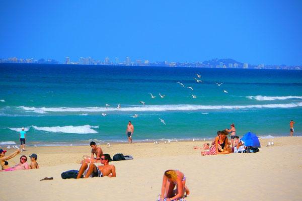 ビーチ。紫外線は日本のおよそ7~8倍でせー。日焼けするのはもっぱら海外からの旅行者だな。