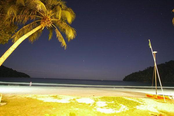 ホントは真っ暗なのね。シャッターを長く開けてるから明るいけど。夜の静かなビーチで見る満点の星空のキレイさに絶句でした。